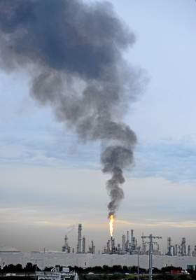 File:Fumes spew at wilmington refinery.jpg