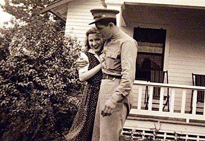 Os avós maternos de Barack Obama, Stanley e Madelyn Dunham são vistos durante a Segunda Guerra Mundial em um instantâneo da família sem data.  Foto: AFP